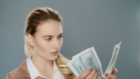 Donna di affari seria che conta denaro contante al rallentatore Conteggio dei contanti dei soldi archivi video