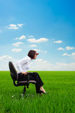 Donna di affari seria che osserva in avanti Immagine Stock