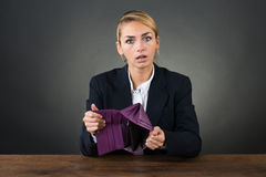 Donna di affari Showing Empty Clutch allo scrittorio Fotografia Stock Libera da Diritti