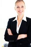 Donna di affari sicura che esamina la macchina fotografica Fotografia Stock Libera da Diritti