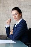 Donna di affari sicura con la penna e la carta Immagini Stock Libere da Diritti