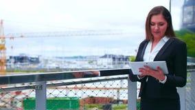 Donna di affari sicura davanti all'edificio per uffici moderno Affare, attività bancarie, società, bene immobile e finanziario stock footage