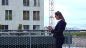 Donna di affari sicura davanti all'edificio per uffici moderno Affare, attività bancarie, società, bene immobile e finanziario archivi video