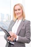Donna di affari sicura Holding Folder immagini stock libere da diritti