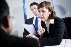 Donna di affari sicura nella riunione dei due uomini fotografia stock