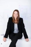 Donna di affari sicura Sitting On Counter in ufficio Fotografia Stock
