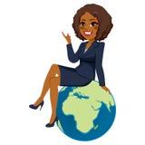 Donna di affari Sitting Africa Globe Fotografie Stock Libere da Diritti