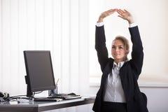 Donna di affari Sitting On Chair che la allunga armi fotografia stock libera da diritti