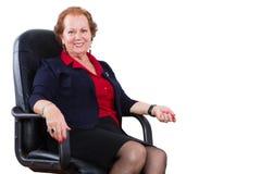 Donna di affari Sitting sulla sua sedia contro bianco Fotografia Stock