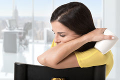 Donna di affari Sitting in un sonno della sedia Fotografie Stock
