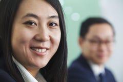 Donna di affari Smiling alla macchina fotografica Immagini Stock