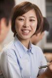 Donna di affari Smiling e lavorare Immagine Stock