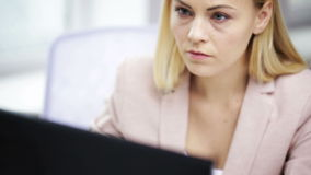 Donna di affari sollecitata con il computer all'ufficio archivi video