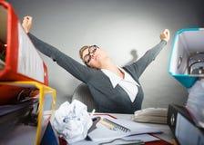Donna di affari sonnolenta annoiata in ufficio Fotografie Stock Libere da Diritti
