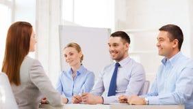 Donna di affari sorridente all'intervista in ufficio Immagini Stock Libere da Diritti