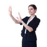Donna di affari sorridente che controlla fondo isolato bianco Immagini Stock Libere da Diritti