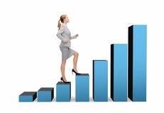 Donna di affari sorridente che fa un passo sulla barra del grafico Immagine Stock Libera da Diritti