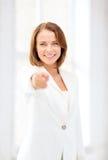 Donna di affari sorridente che indica dito voi Fotografia Stock