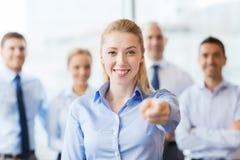 Donna di affari sorridente che indica dito voi Fotografia Stock Libera da Diritti