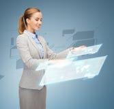 Donna di affari sorridente che lavora con gli schermi virtuali Fotografia Stock Libera da Diritti