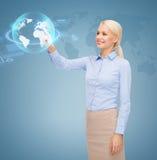 Donna di affari sorridente che lavora con lo schermo virtuale Immagini Stock Libere da Diritti