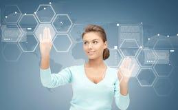 Donna di affari sorridente che lavora con lo schermo virtuale Fotografia Stock Libera da Diritti