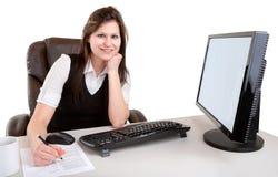 Donna di affari sorridente che lavora e che esamina Camer Immagini Stock