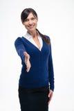 Donna di affari sorridente che mostra gesto di saluto Fotografia Stock