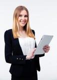 Donna di affari sorridente che per mezzo del computer della compressa Fotografia Stock Libera da Diritti