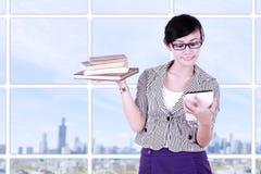 Donna di affari sorridente che per mezzo del pc della compressa Fotografia Stock