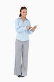 Donna di affari sorridente che per mezzo del ridurre in pani Immagini Stock Libere da Diritti