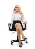 Donna di affari sorridente che rivolge allo smartphone Fotografia Stock