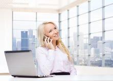 Donna di affari sorridente che rivolge allo smartphone Immagini Stock Libere da Diritti