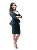 Donna di affari sorridente che sta con le armi piegate Fotografia Stock