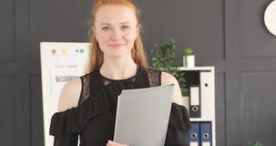 Donna di affari sorridente che tiene un archivio stock footage