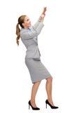 Donna di affari sorridente che tira corda immaginaria Immagine Stock Libera da Diritti