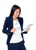 Donna di affari sorridente con il computer della compressa e della tazza di caffè Immagine Stock