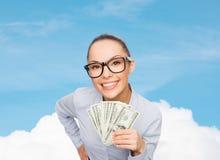 Donna di affari sorridente con il denaro contante del dollaro Fotografie Stock