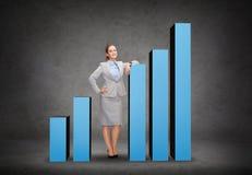 Donna di affari sorridente con l'aumento del grafico Fotografia Stock Libera da Diritti
