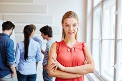 Donna di affari sorridente con le braccia attraversate Fotografia Stock Libera da Diritti