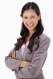 Donna di affari sorridente con le braccia piegate Fotografia Stock