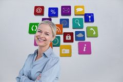 Donna di affari sorridente contro fondo dei beni 3D Fotografie Stock Libere da Diritti
