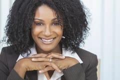 Donna di affari sorridente della donna dell'afroamericano Immagini Stock