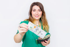 Donna di affari sorridente felice che dura in rivestimento verde con un grandi portafoglio e soldi Ritratto riuscito y emozionant Fotografia Stock
