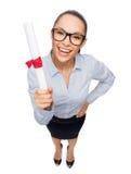 Donna di affari sorridente in occhiali con il diploma Fotografie Stock
