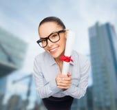Donna di affari sorridente in occhiali con il diploma Immagine Stock