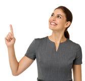 Donna di affari sorridente Pointing Upwards Immagine Stock