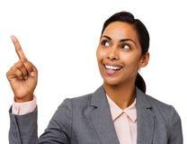 Donna di affari sorridente Pointing Upwards Fotografia Stock Libera da Diritti