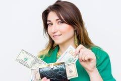 Donna di affari sorridente sorpresa felice che dura in rivestimento verde con il portafoglio ed i soldi Successf emozionante feli Immagini Stock