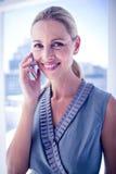 Donna di affari sorridente sul telefono Immagine Stock